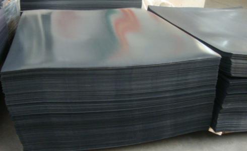 Черный листы из полиэтилена на складе